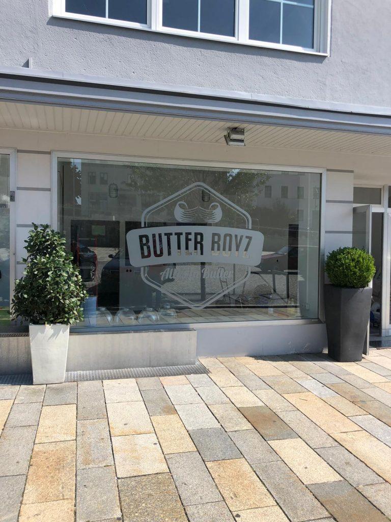 woidstyle werbetechnik butterboyz regen niederbayern beschriftung milchglasfolie